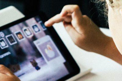 Ein Kind arbeitet an einem Tablet