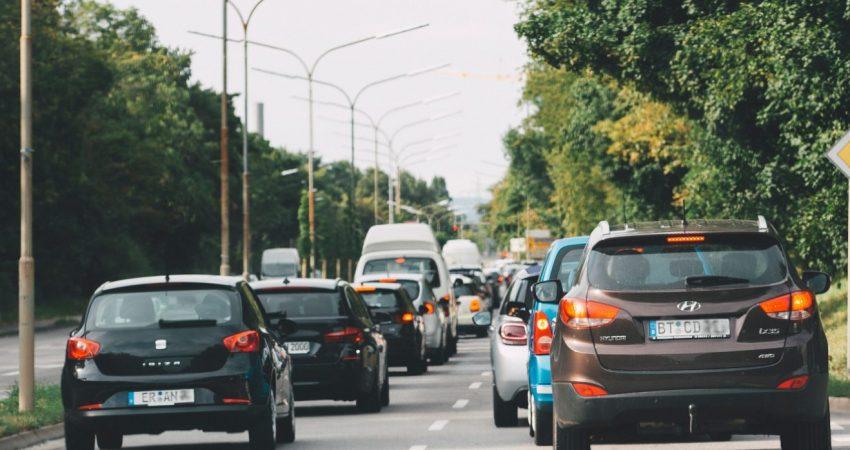 Autos von hinten auf einer zweispurigen Straße im dichten Berufsverkehr