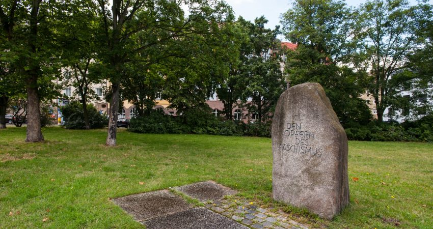 Blick auf den Gedenkstein für die Opfer des Faschismus in einer Grünanlagee am Platz der Opfer des Faschismus in Nürnberg,