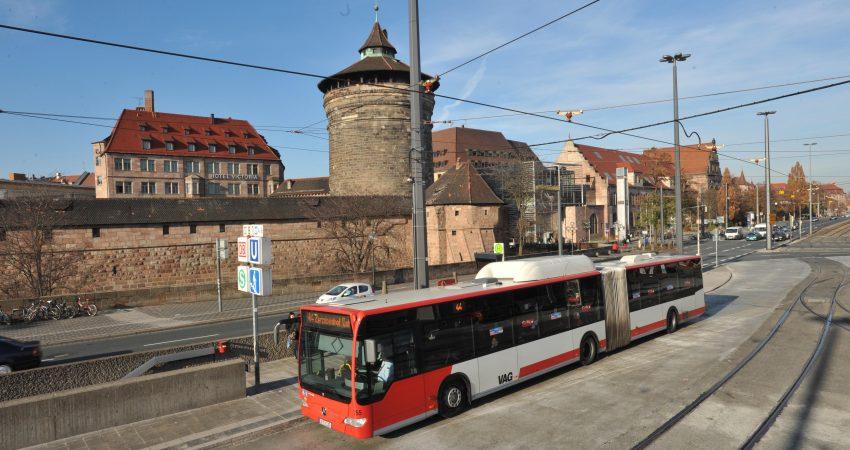 Ein VAG-Bus an der Haltestelle Nürnberg Hauptbahnhof, im Hintergrund die Nürnberger Altstadt
