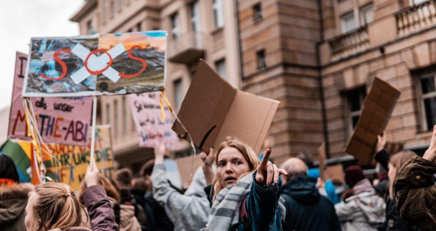 Streikende Jugendliche mit Schildern kämpfen für das Klima