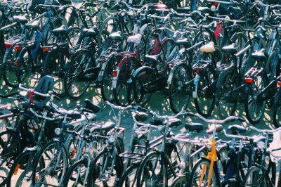 Eine große Menge Fahrräder auf einem Fahrradparkplatz.