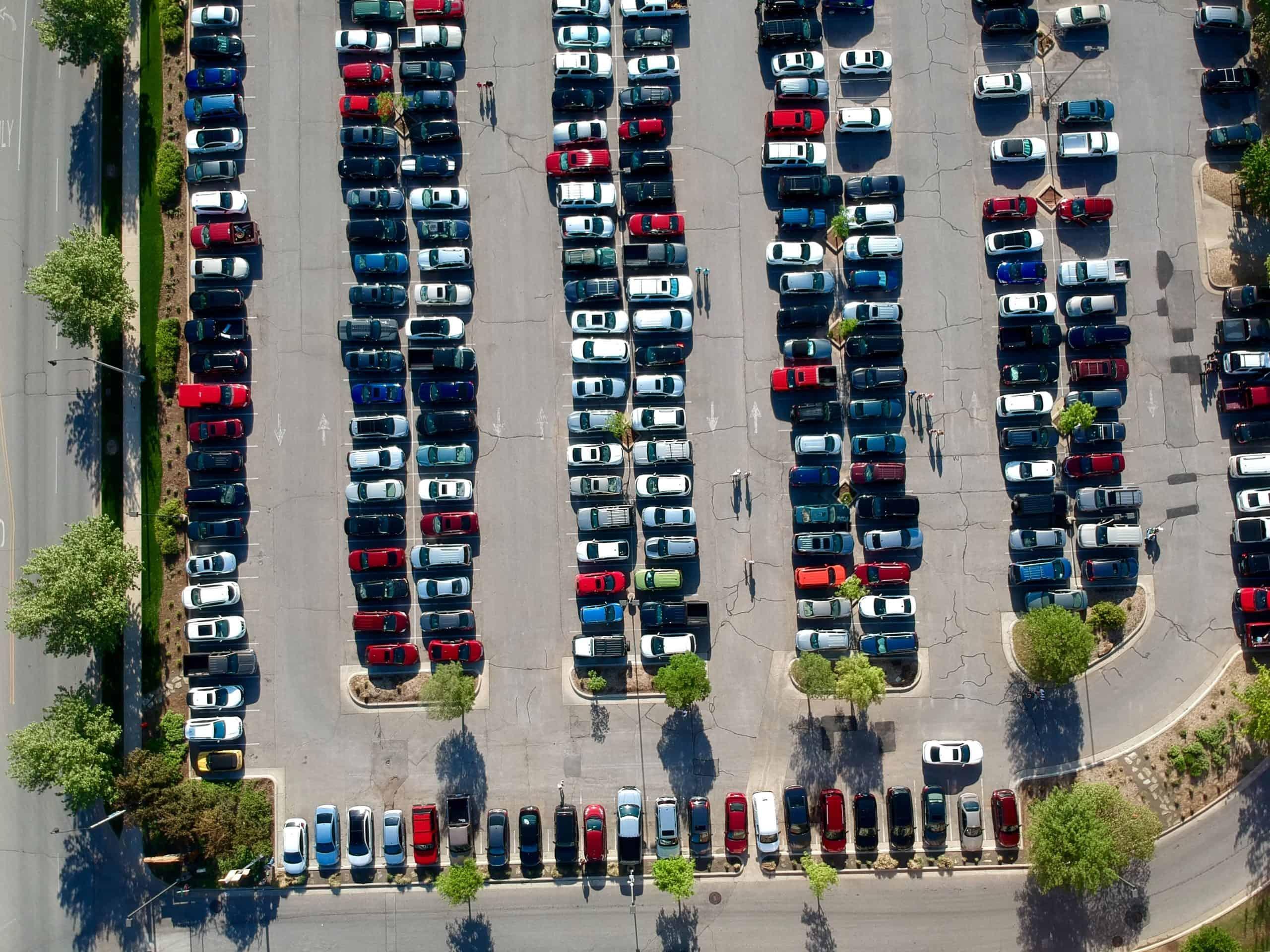 Luftbidaufnahme eines voll besetzen Parkplatzes