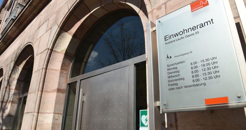 Die Eingangstür des Einwohneramtes der Stadt Nürnberg.