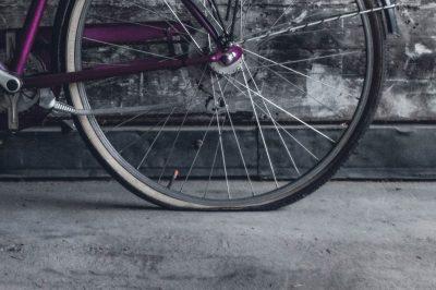 Ein Hinterrad eines Fahrrads, das einen Platten hat.