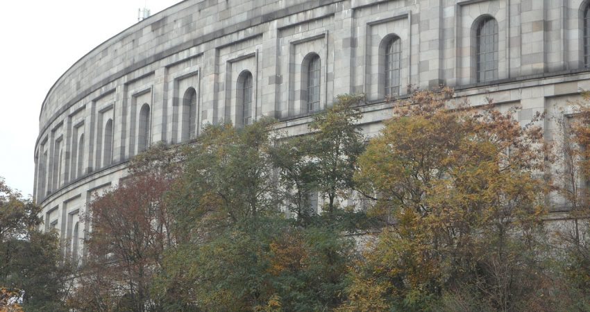Das Kolosseum in Nürnberg, im Vordergrund Bäume.