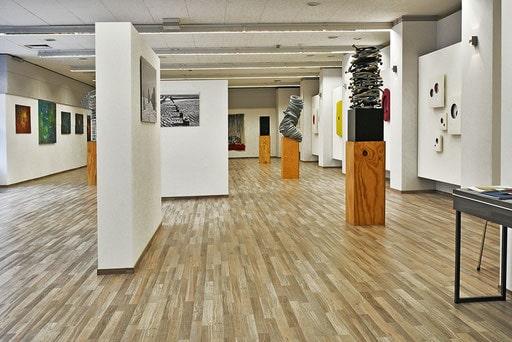Kunstgalerie mit verschiedenen Werken