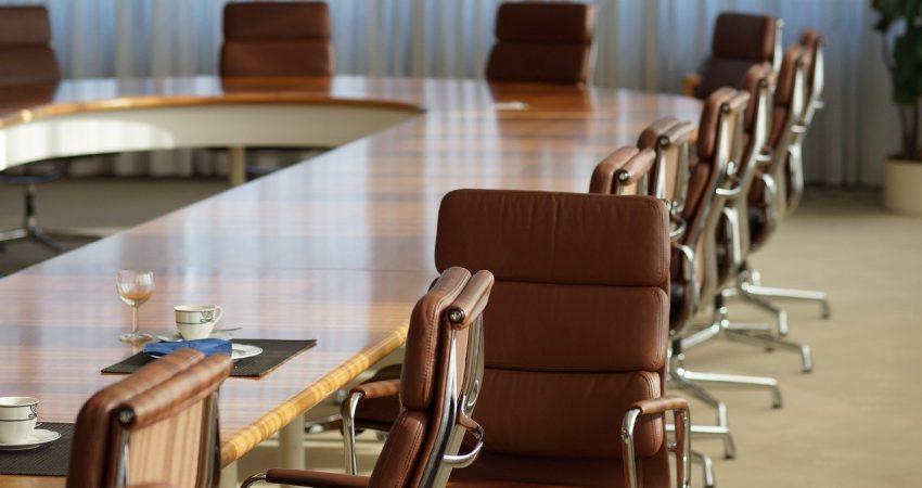 Symbolbild: Ein leerer Sitzungssaal.