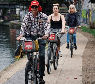 Radfahrer radeln entlang eines Flusses