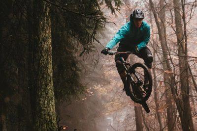 Ein Mountainbiker im Sprung