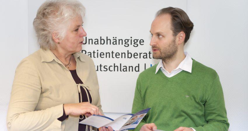 Eine Frau und ein Mann in einer Beratungssituation der Unabhängigen Patienberatung Deutschland