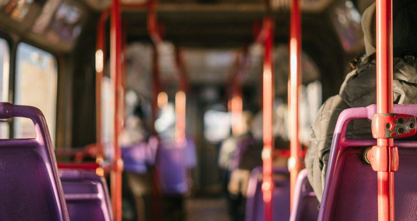 der Innenraum eines Omnibusses