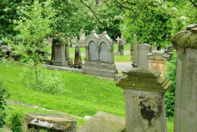 Blick auf einen Friedhof im Frühling