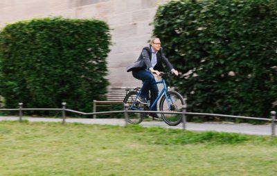 Mike Bock fährt Fahrrad.