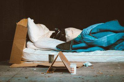 ein Matratzenlager aus Karton und Schlafsack