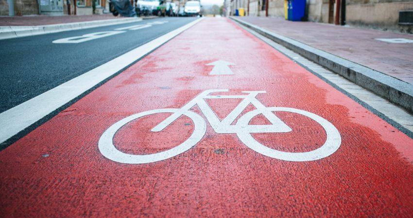Rot markierter Fahrradweg