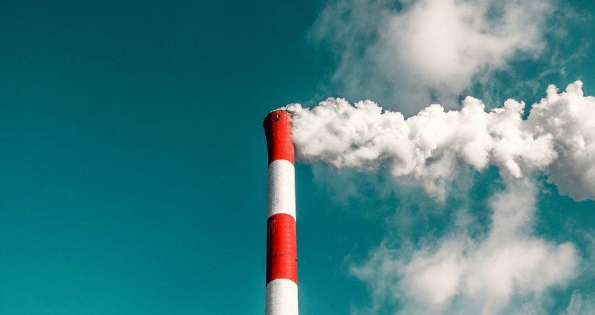 Rauchender Fabrikschornstein