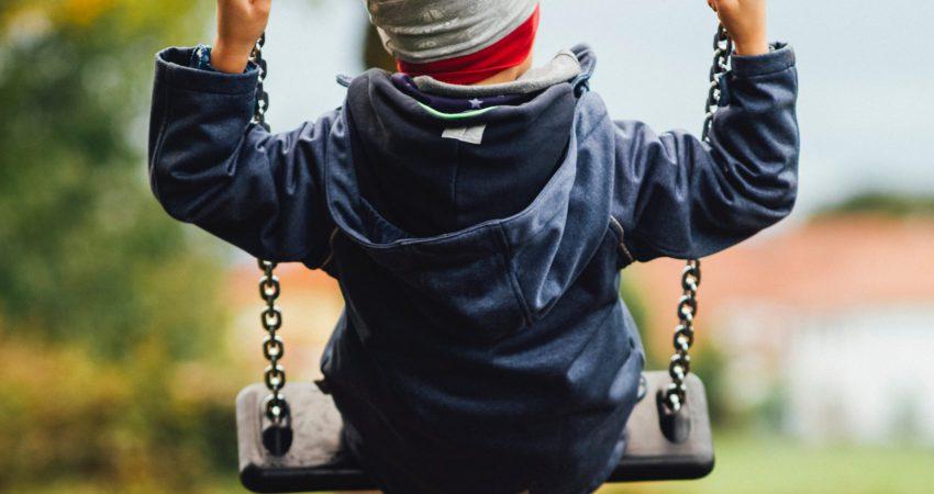 Ein Kind auf einer Schaukel