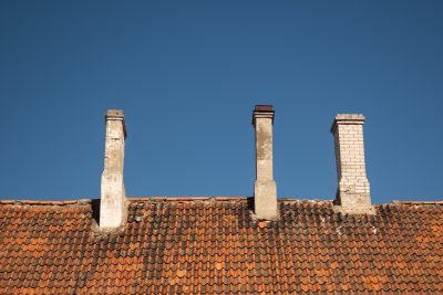 Ein Dach mit drei Schornsteinen