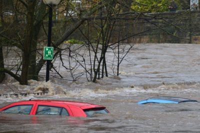 Flut mit untergehenden Autos