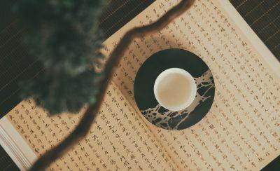 Teetasse auf einem Buch mit chinesischen Schriftzeichen