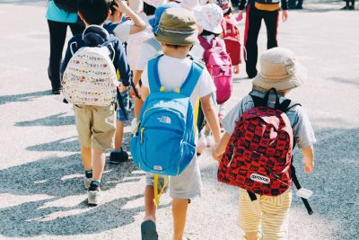 Rückansicht von Kindern, die sich an den Händen halten