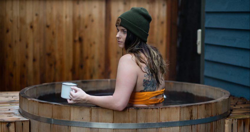 Frau in Saunatonne